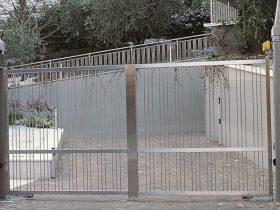 Cancello carraio con due ante in inox