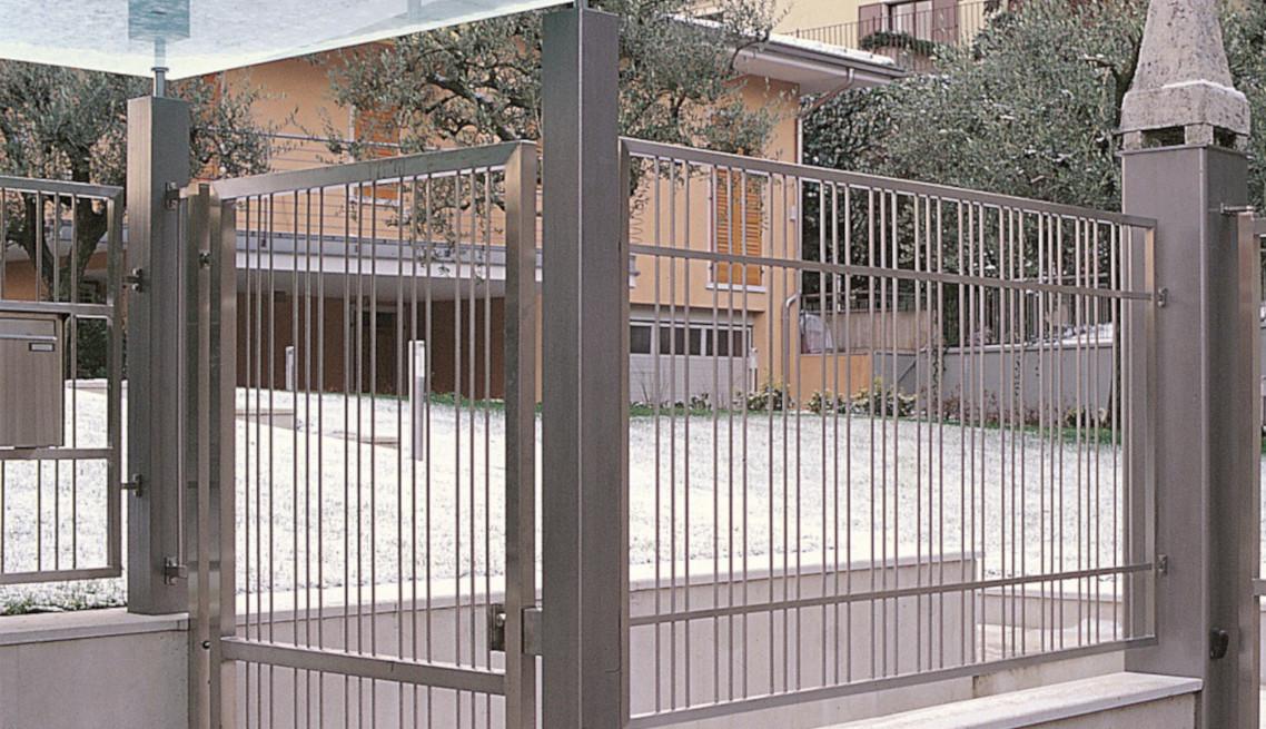 Cancello pedonale con pensilina in vetro