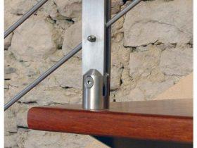Particolare attacco in inox su legno