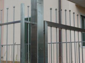 Particolare cancello pedonale in inox
